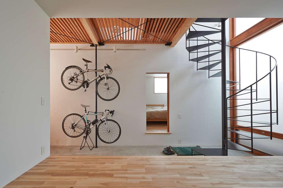 ユーティリティスペースから、土間を通し寝室を見る: (有)菰田建築設計事務所が手掛けた廊下 & 玄関です。