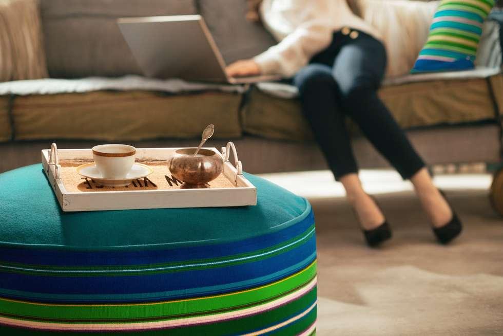 Pufa wełniana Folka.pl jako stolik: styl , w kategorii Salon zaprojektowany przez FOLKA