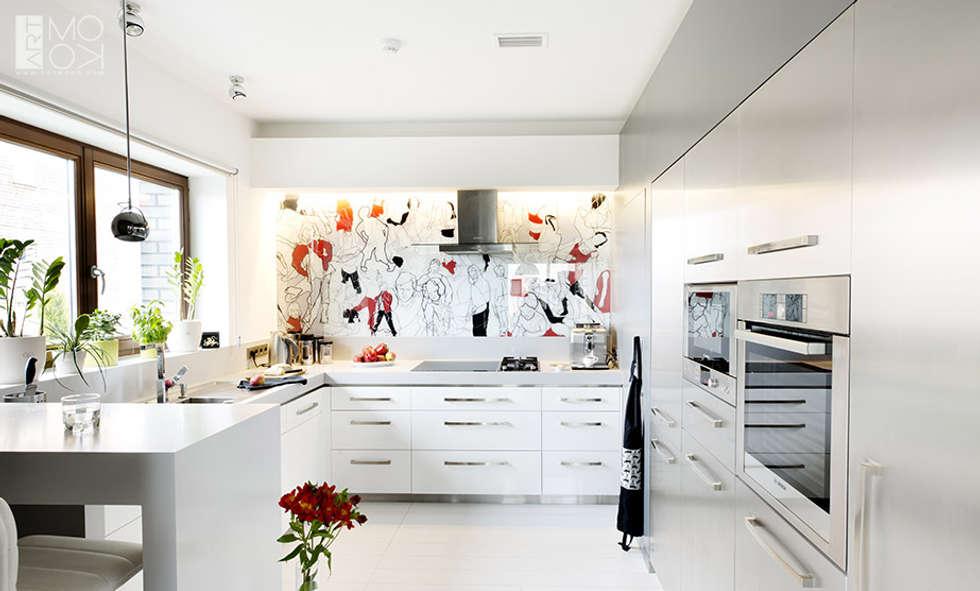 Kuchnia z ciekawą grafiką : styl , w kategorii Kuchnia zaprojektowany przez Pracownia projektowa artMOKO