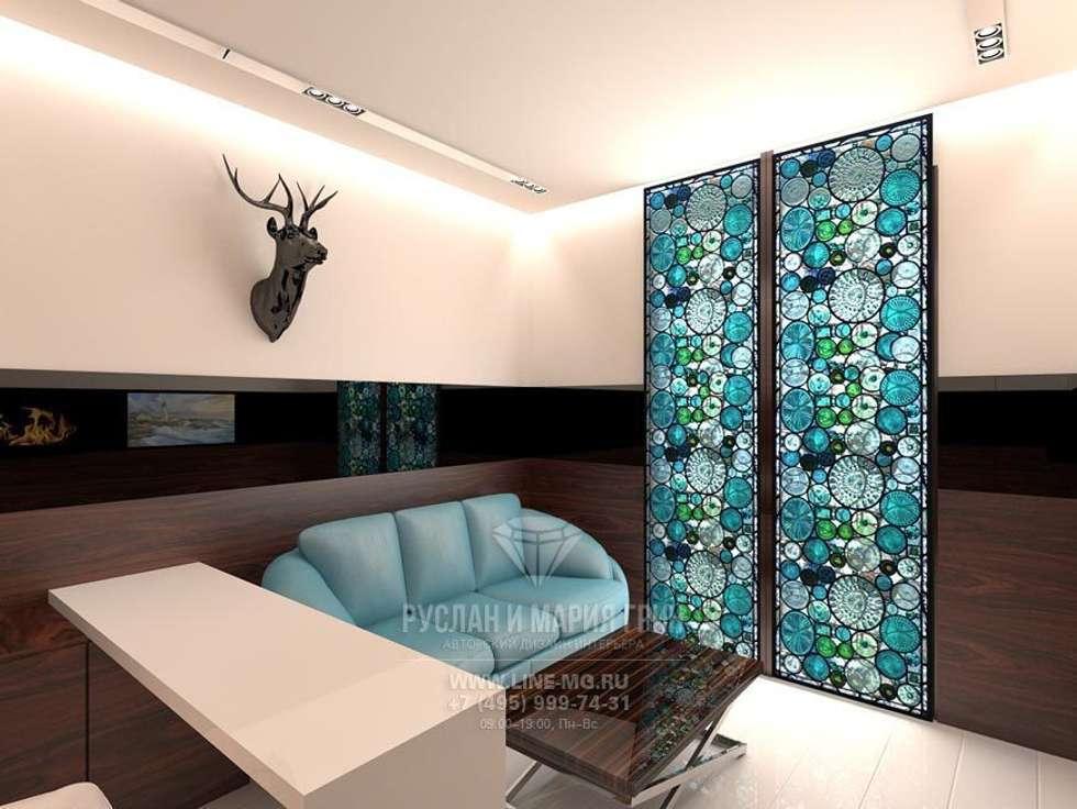 Минималистичный кабинет с рабочей зоной: Рабочие кабинеты в . Автор – Студия дизайна интерьера Руслана и Марии Грин