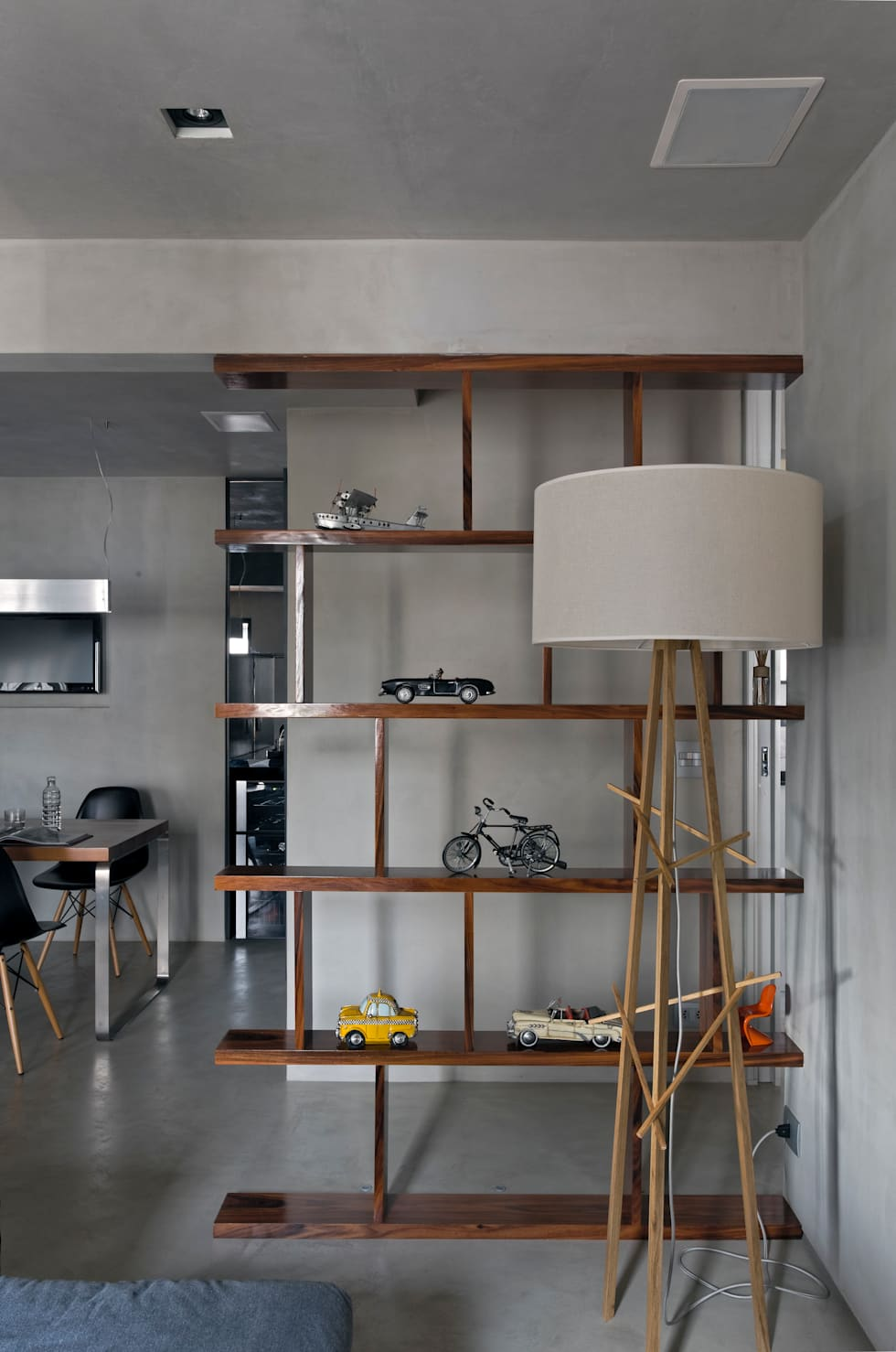 Real Parque Loft: Salas de estar modernas por DIEGO REVOLLO ARQUITETURA S/S LTDA.