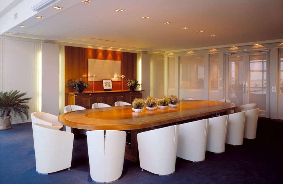 SALA RIUNIONI: Complessi per uffici in stile  di Studio Architettura Carlo Ceresoli