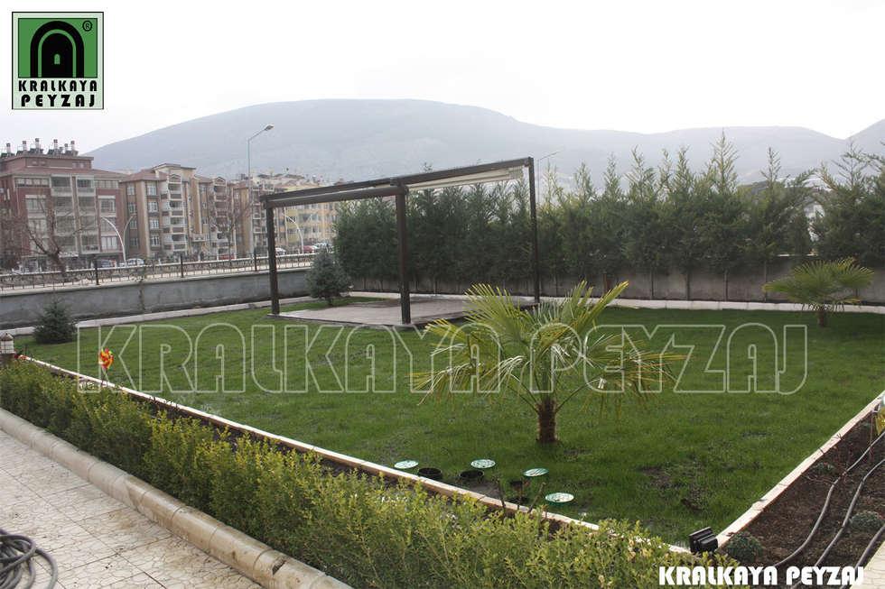 Kralkaya Peyzaj Havuz Fıskiye Sist. ve Pompa Mim. Müh. İnş. Ltd. Şti  – Bina Bahçesi / Amasya: akdeniz tarzı tarz Bahçe