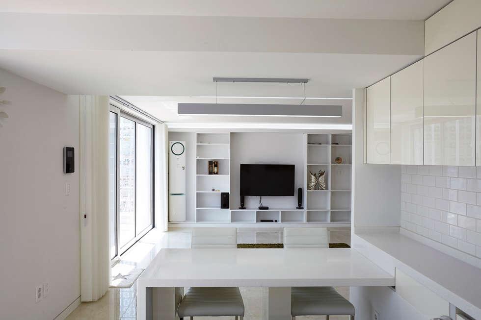 Lotus Haus (로터스하우스): 스마트건축사사무소의  다이닝 룸
