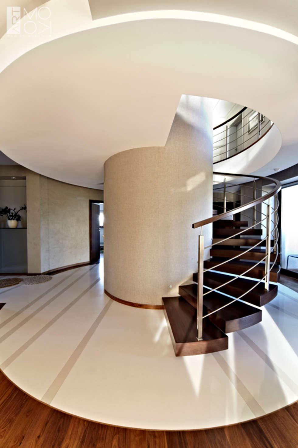 Nowoczesne okrągłe schody: styl , w kategorii Korytarz, przedpokój zaprojektowany przez Pracownia projektowa artMOKO