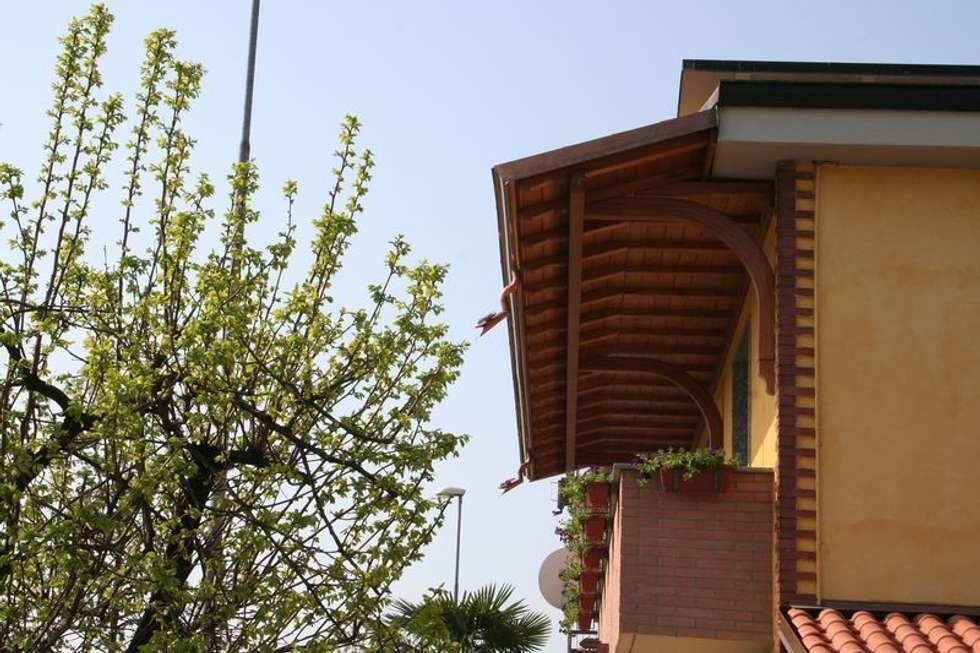 Tettoia copri balcone: Terrazza in stile  di Alfa Porticati S.r.l.s.