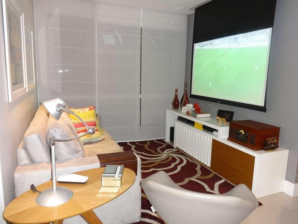 Sala com telão: Salas de estar modernas por Lúcia Vale Interiores