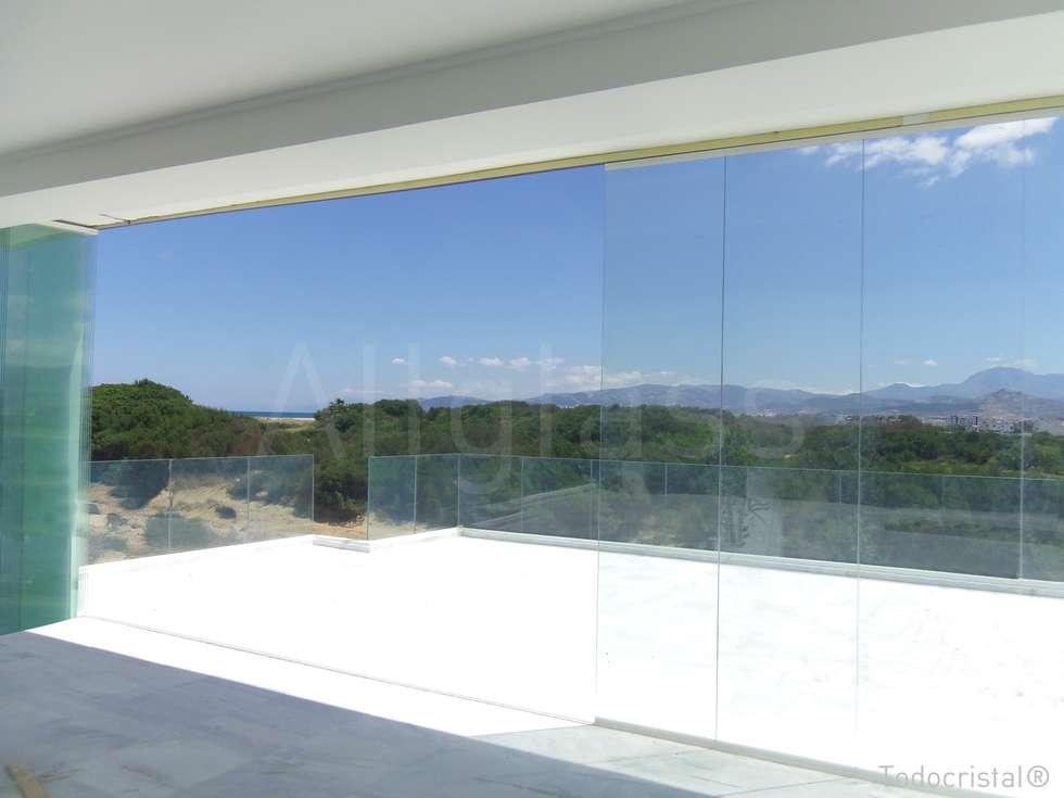 Projekty, śródziemnomorskie Domy zaprojektowane przez ALLGLASS CONFORT SYSTEM