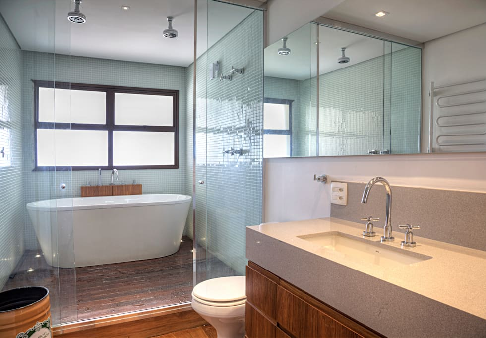 Triplex Alto de Pinheiros: Banheiros modernos por studio scatena arquitetura