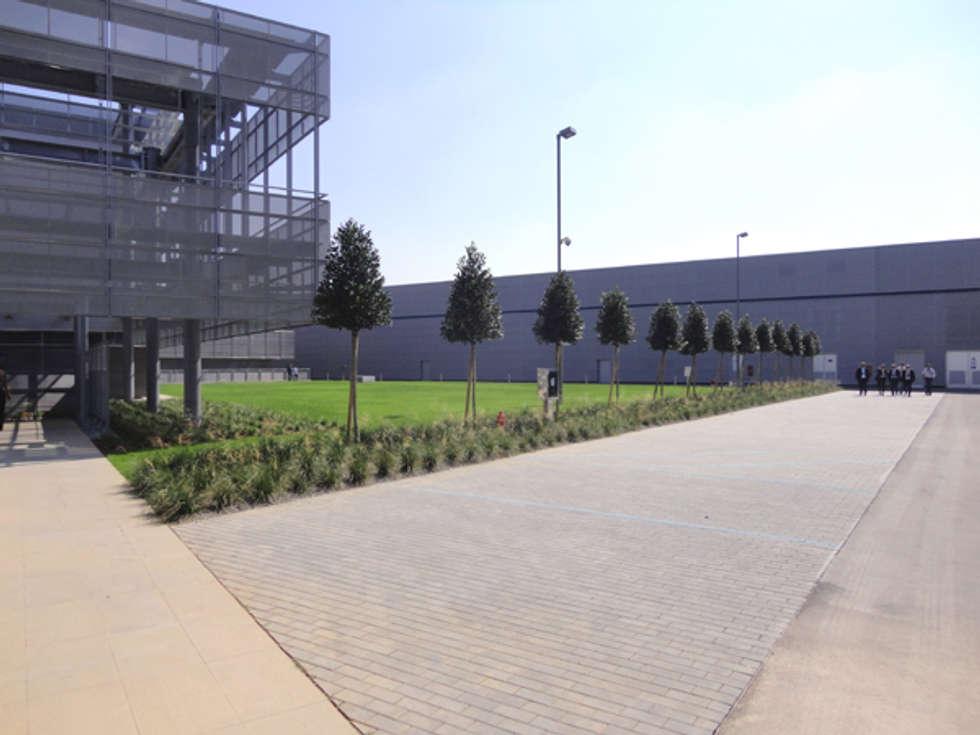 Aree verdi sede aziendale Rubinetterie Bresciane - Gussago (Bs) - anno 2012-2014: Garage/Rimessa in stile in stile Moderno di matiteverdi