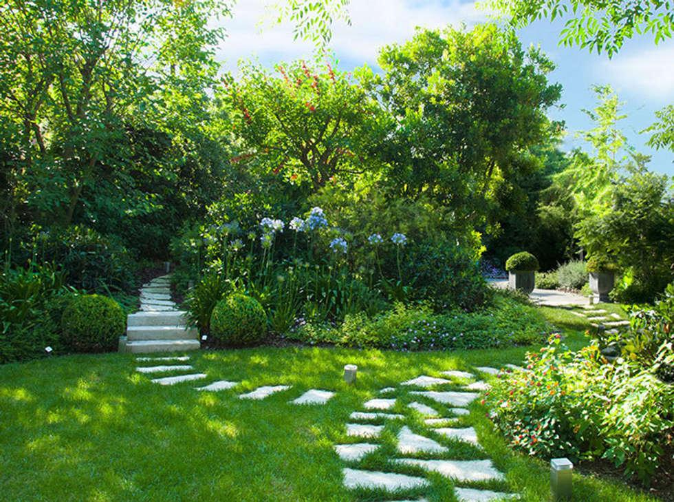 Il prato con vialetti in pietra e aiuole giardino in - Cespugli da giardino ...