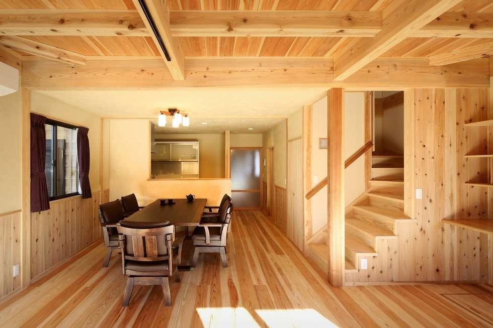 新築棟 居間: 木の家設計室 アトリエ椿が手掛けたダイニングです。