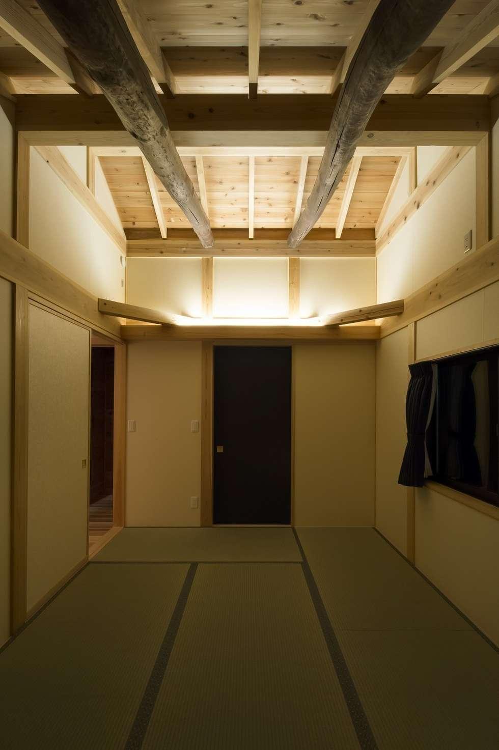 寝室: 木の家設計室 アトリエ椿が手掛けた寝室です。