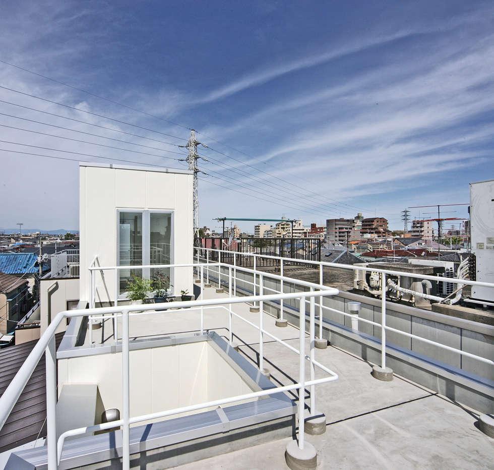 屋上を庭として使う: プラネット環境計画が手掛けたベランダです。