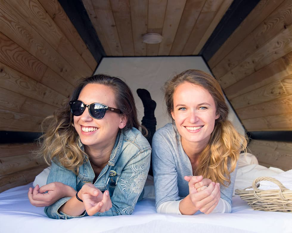 B&BEE - Diana and Eugénie, Brussels beachvolley-crew and our first test-sleepers: Hôtels de style  par Achilles Design