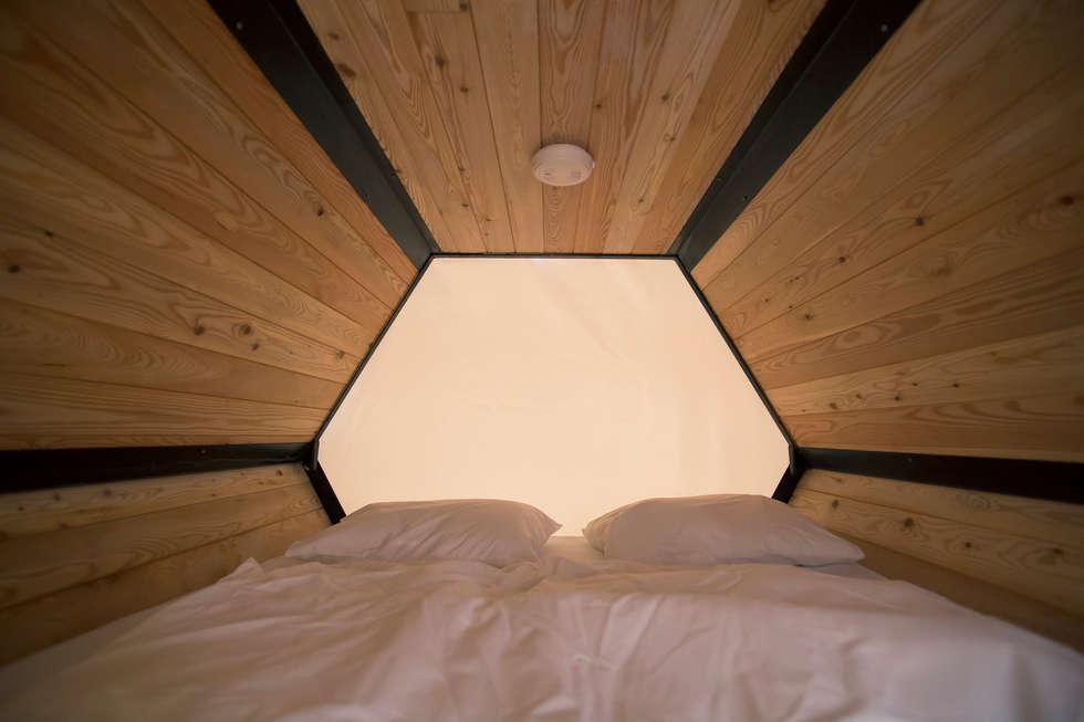 B&BEE - Interior Shot of kingsized bed: Hôtels de style  par Achilles Design