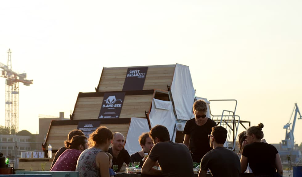 B&BEE - Launch Night BBQ with the Achilles Design Team: Hôtels de style  par Achilles Design