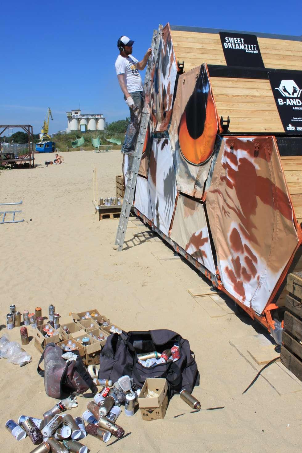 B&BEE - Urban Artist SMATES at work: Hôtels de style  par Achilles Design