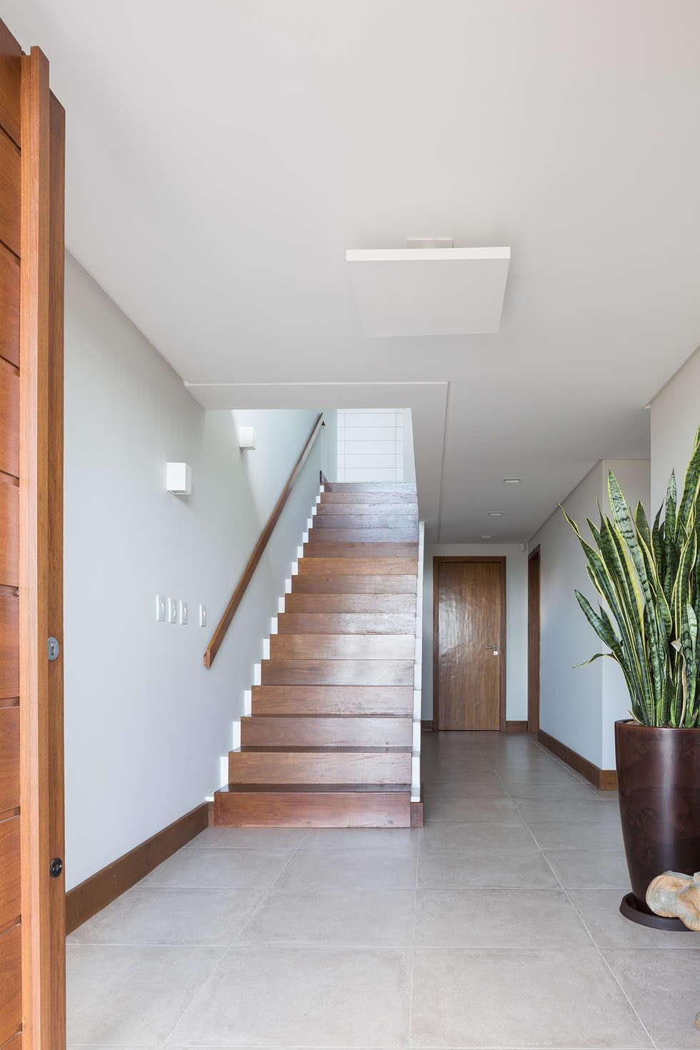 Casa Beira Mar - Seferin Arquitetura: Corredores e halls de entrada  por Seferin Arquitetura