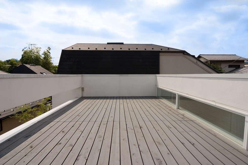 屋上テラス: 株式会社 アーキショップ 一級建築士事務所が手掛けたベランダです。