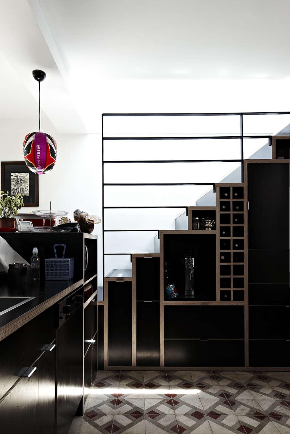 Escalier rangement dans la cuisine: Cuisine de style de style Moderne par Capucine de Cointet architecte