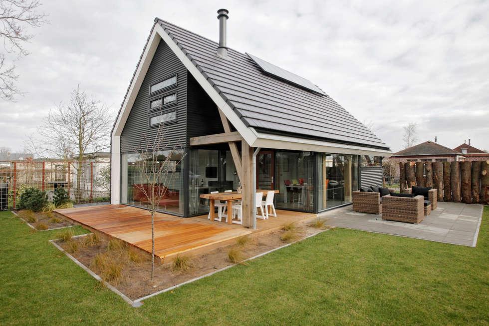 Achterzijde moderne recreatiewoning: moderne Tuin door Bongers Architecten