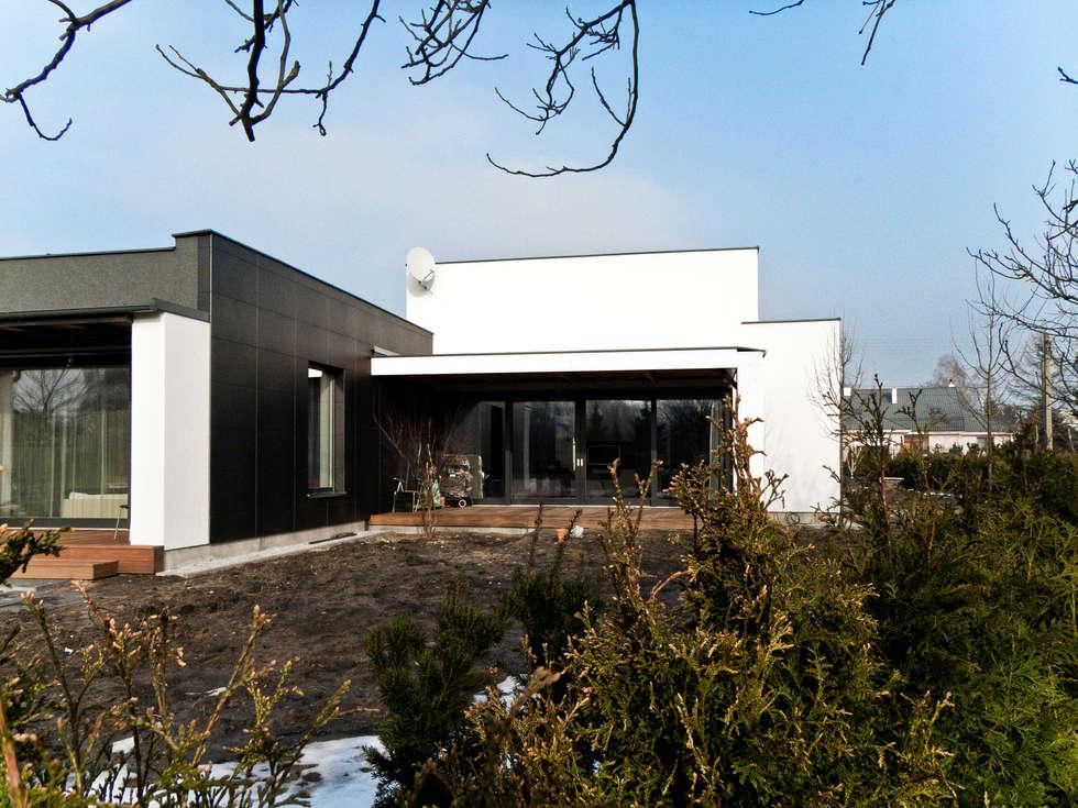 Third House from the Sun: styl minimalistyczne, w kategorii Domy zaprojektowany przez Le 2 Workshop