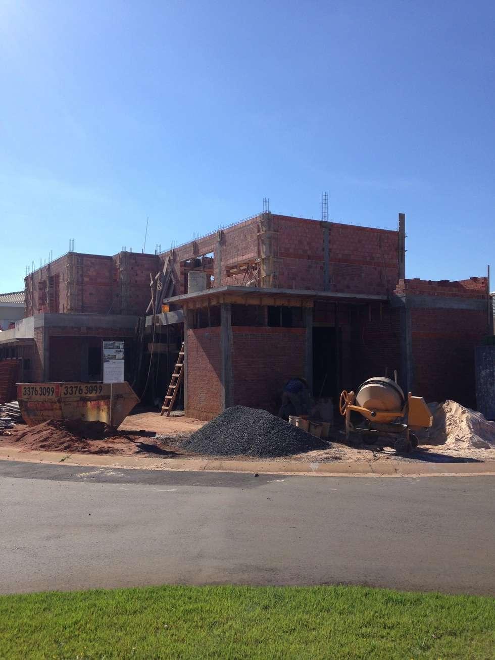 OBRA EM ANDAMENTO: Casas modernas por Raquel Pelosi Arquitetura e Design Visual