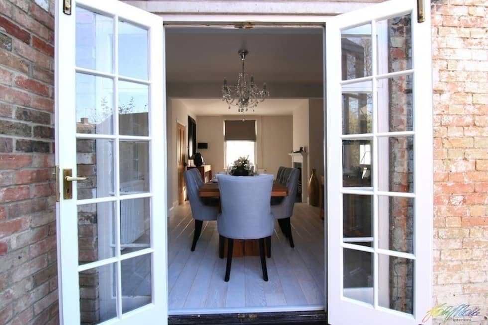 Dining room view from the garden: minimalistic Dining room by Katie Malik Interiors