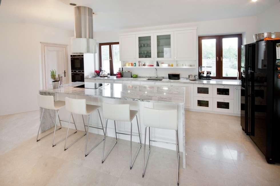 Blat i wyspa z granitu Glacier White: styl , w kategorii Kuchnia zaprojektowany przez GRANMAR Borowa Góra - granit, marmur, konglomerat kwarcowy