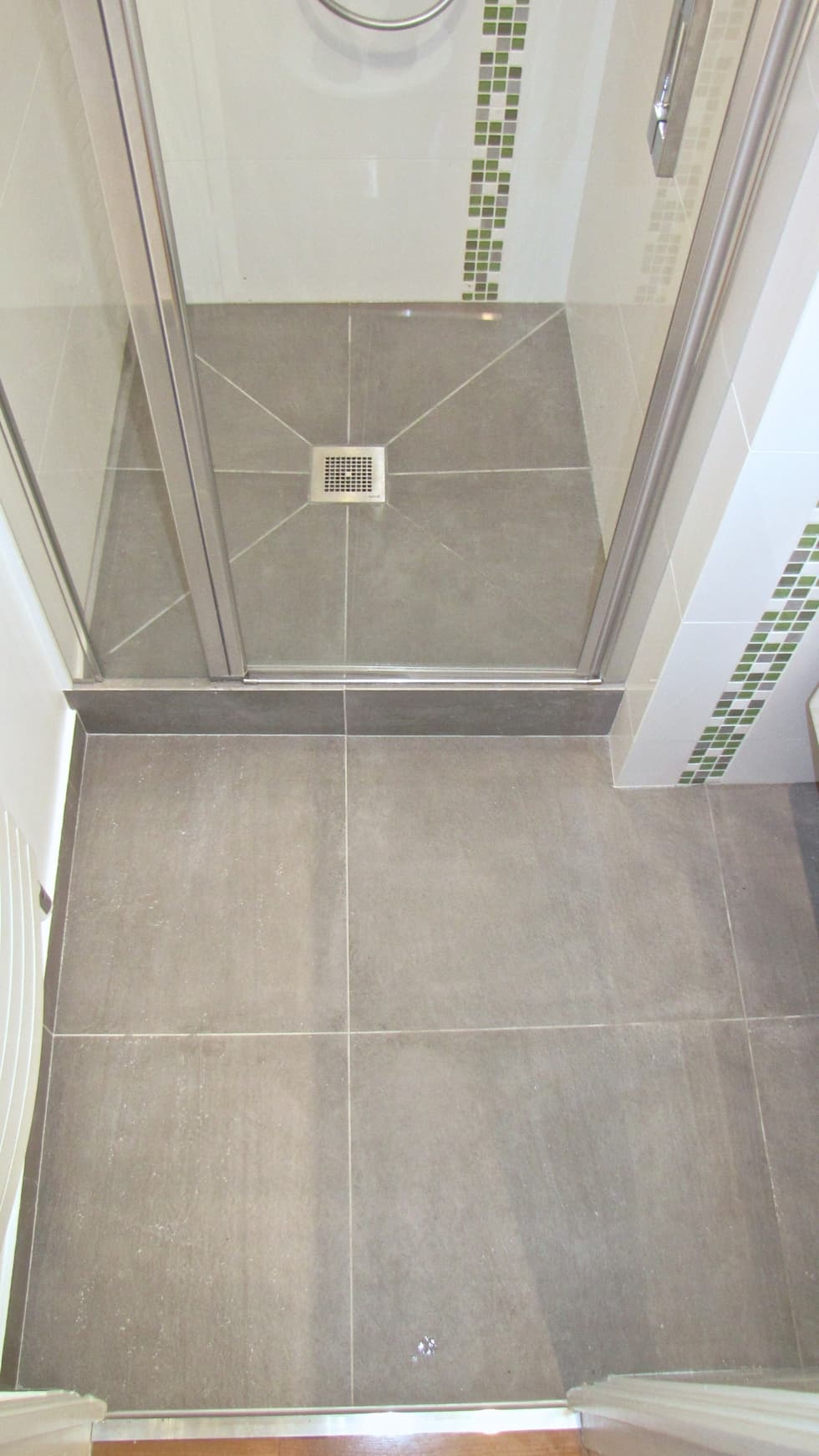 Carrelage sol et douche: Salle de bains de style  par Decorexpat