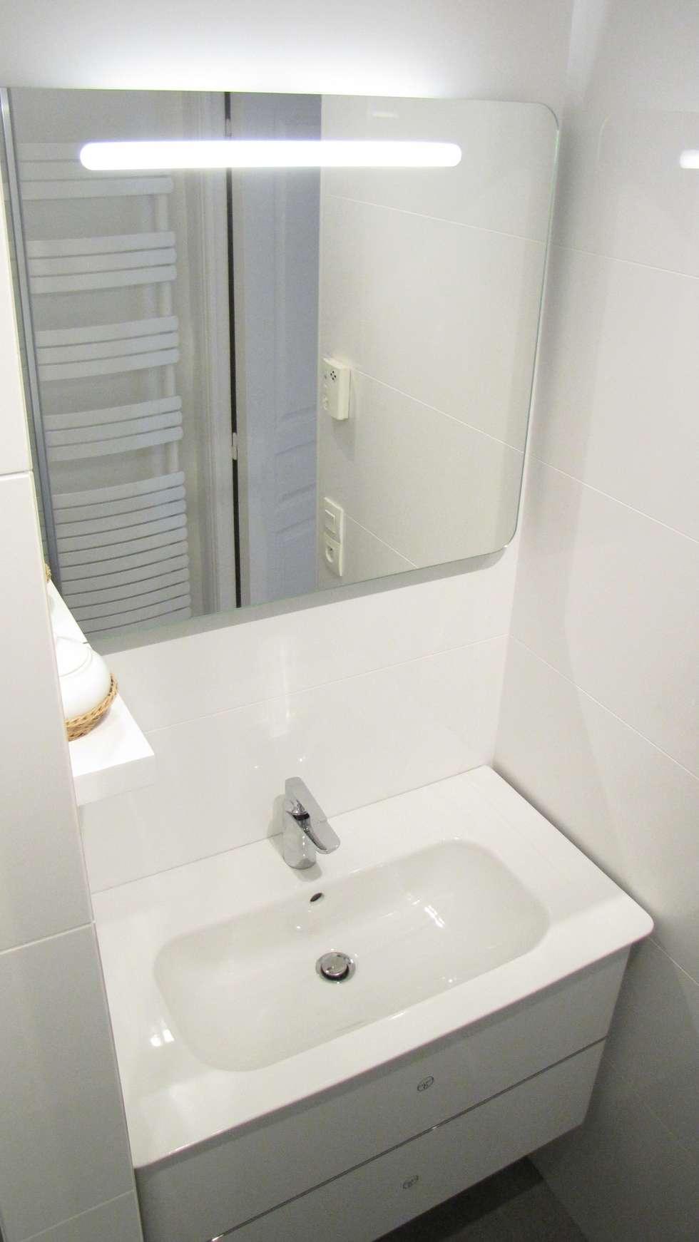 Miroir et lavabo: Salle de bains de style  par Decorexpat