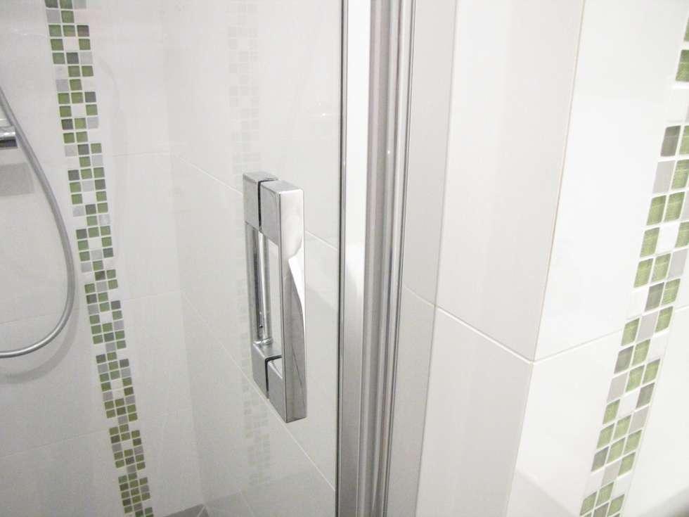 Poignée de la porte de douche: Salle de bains de style  par Decorexpat