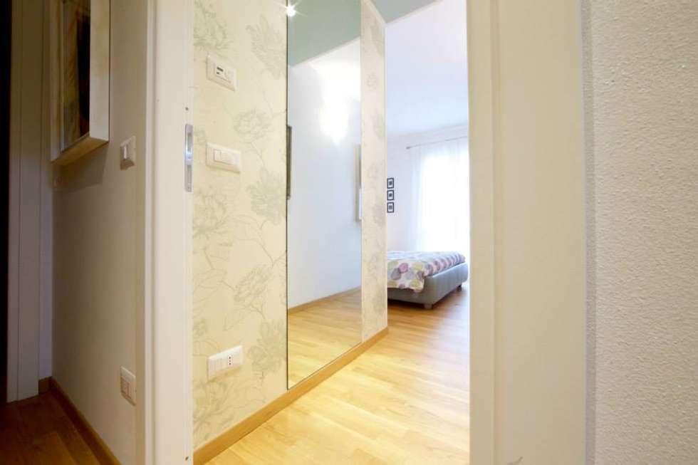 Zona cabina camera da letto: Camera da letto in stile in stile Moderno di Modularis Progettazione e Arredo