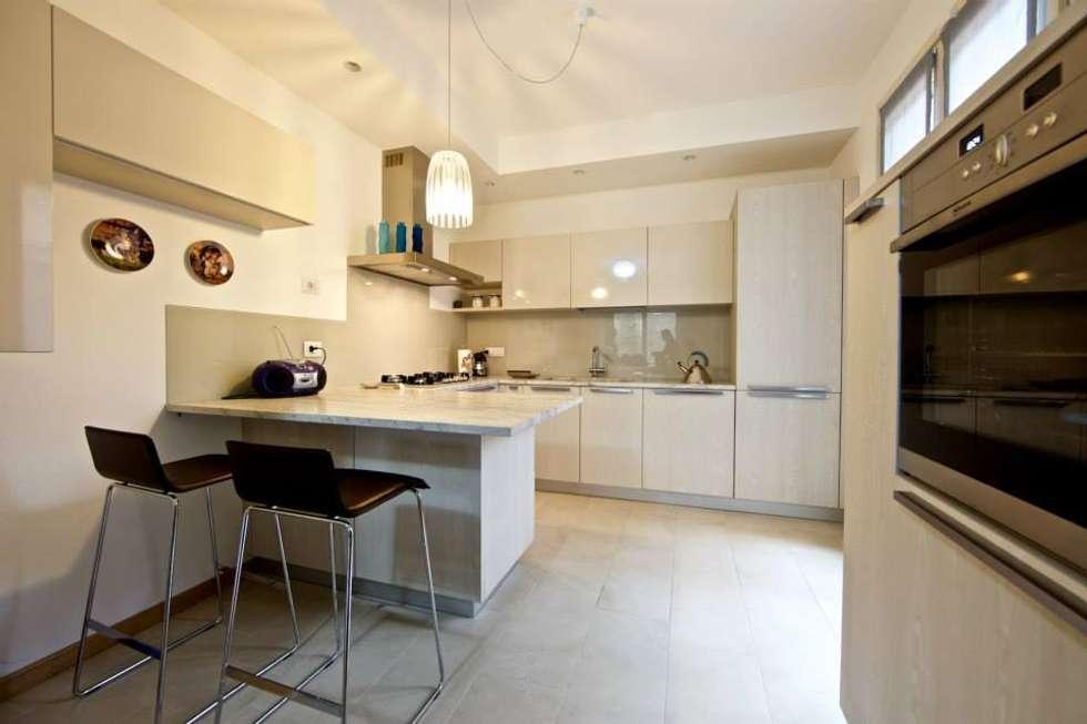 Cucina con penisola: Cucina in stile in stile Moderno di Modularis Progettazione e Arredo