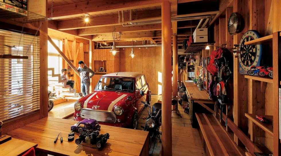 生成りのビルトインガレージ: H2O設計室 ( H2O Architectural design office )が手掛けたガレージ&小屋です。