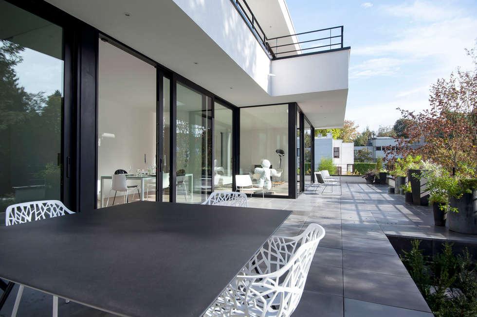 TERRASSE NOIR ET BLANC: Terrasse de style  par ISABELLE LECLERCQ DESIGN