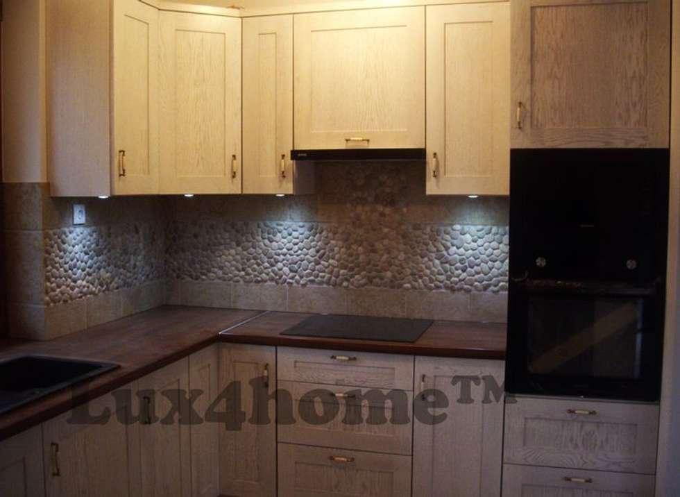 Mozaika z otoczaków na ścianie: styl , w kategorii Kuchnia na wymiar zaprojektowany przez Lux4home™