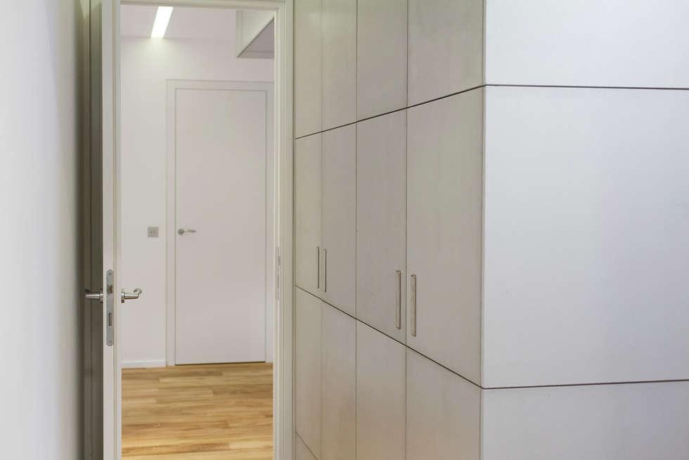 Paris - St Paul: Bureau de style de style Moderne par Concrete LCDA