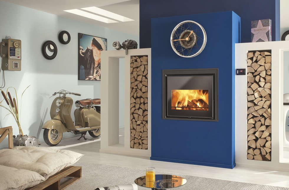 Calorvision Idro: Soggiorno in stile in stile Moderno di CLAM Caminetti e Stufe