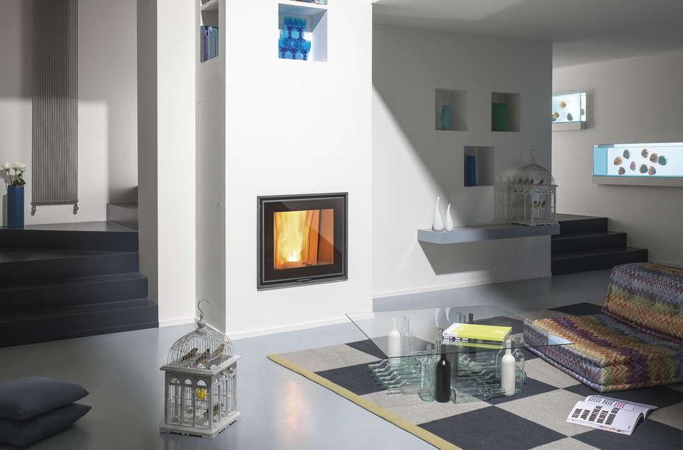 Termofavilla T.P. 30: Soggiorno in stile in stile Moderno di CLAM Caminetti e Stufe