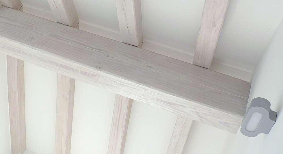 Soffitto con travi in legno decapato: Pareti & Pavimenti in stile in ...