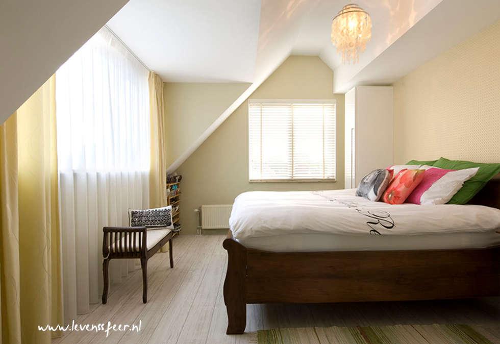 Lichte slaapkamer met lente gevoel: aziatische Slaapkamer door Levenssfeer