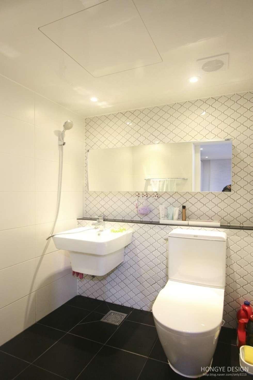 타일: 홍예디자인의  화장실