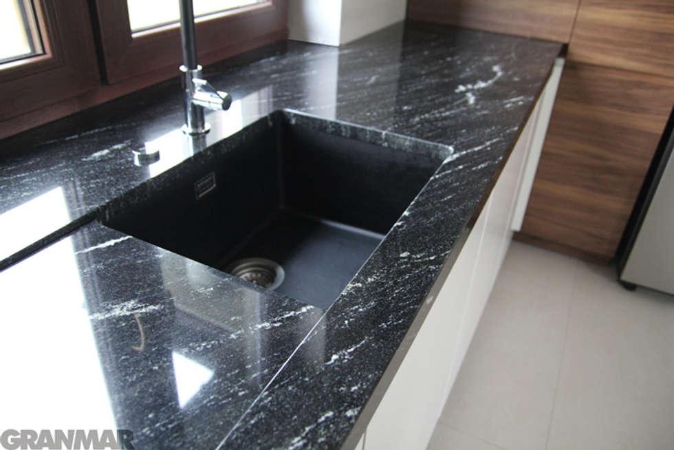 Blat kuchenny - granit Via Lactea GRANMAR Sp. z o. o. : styl , w kategorii Kuchnia zaprojektowany przez GRANMAR Borowa Góra - granit, marmur, konglomerat kwarcowy