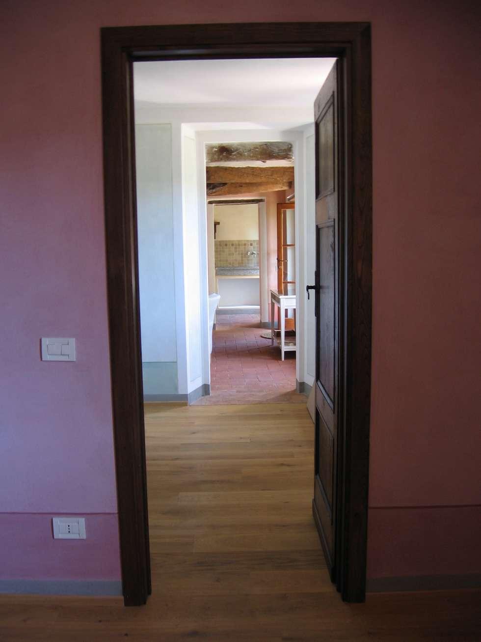 Camera P1: Camera da letto in stile in stile Rustico di Studio Architettura x Sostenibilità