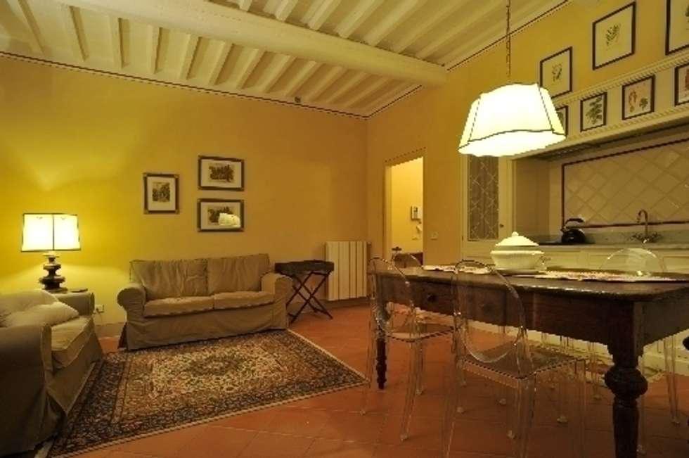 L' appartamento nella villa: Case in stile in stile Rustico di Milligan&Milligan