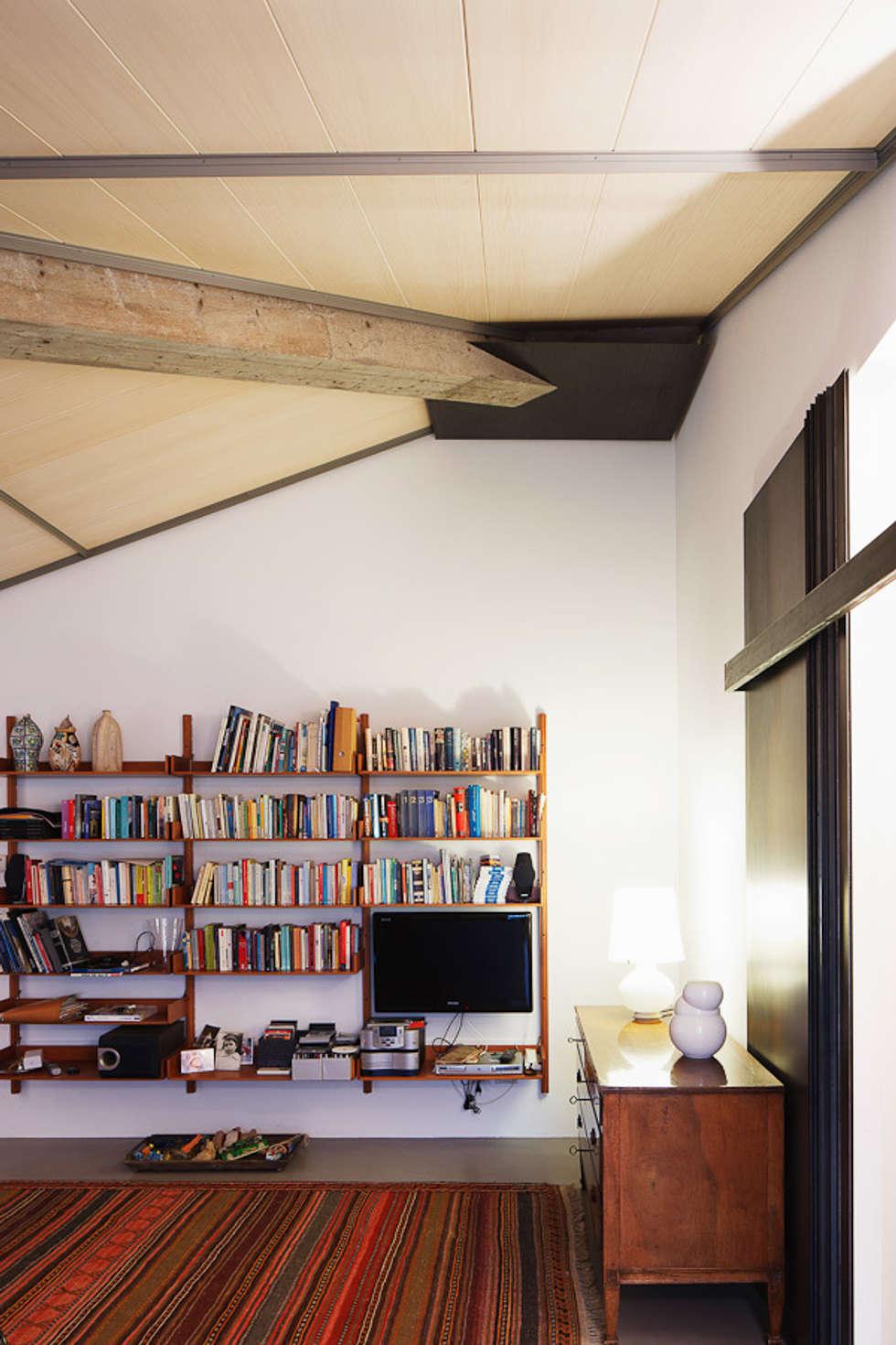 La trave in cemento grezzo lasciata a vista: Soggiorno in stile in stile Moderno di SARA DALLA SERRA ARCHITETTO