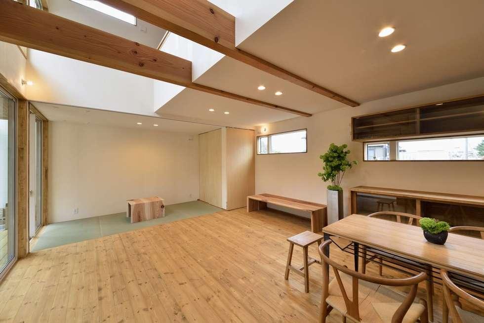 リビングと畳スペース: アトリエdoor一級建築士事務所が手掛けたリビングです。