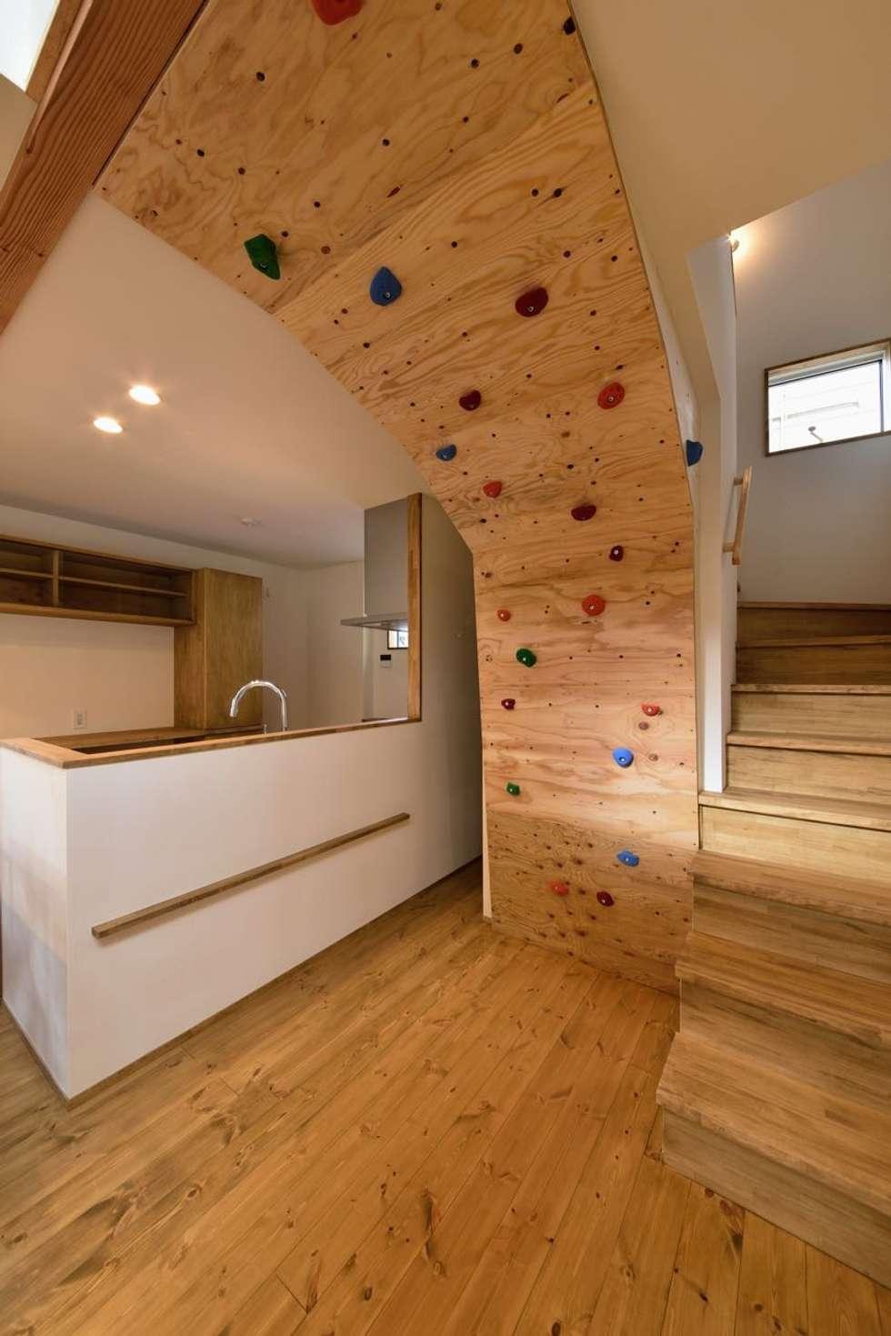 ボルダリング壁: アトリエdoor一級建築士事務所が手掛けたキッチンです。